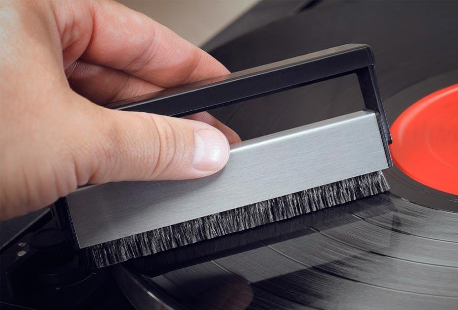 como-limpiar-discos-vinilos-cepillo-carbono