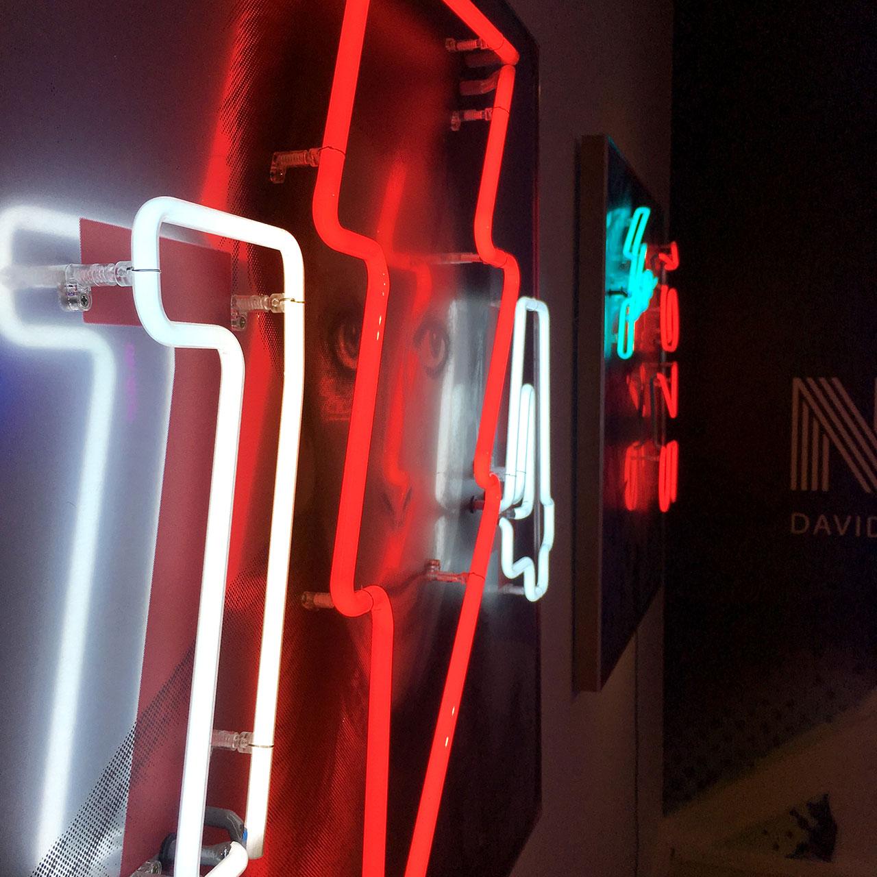 homenaje-david-bowie-neon-02