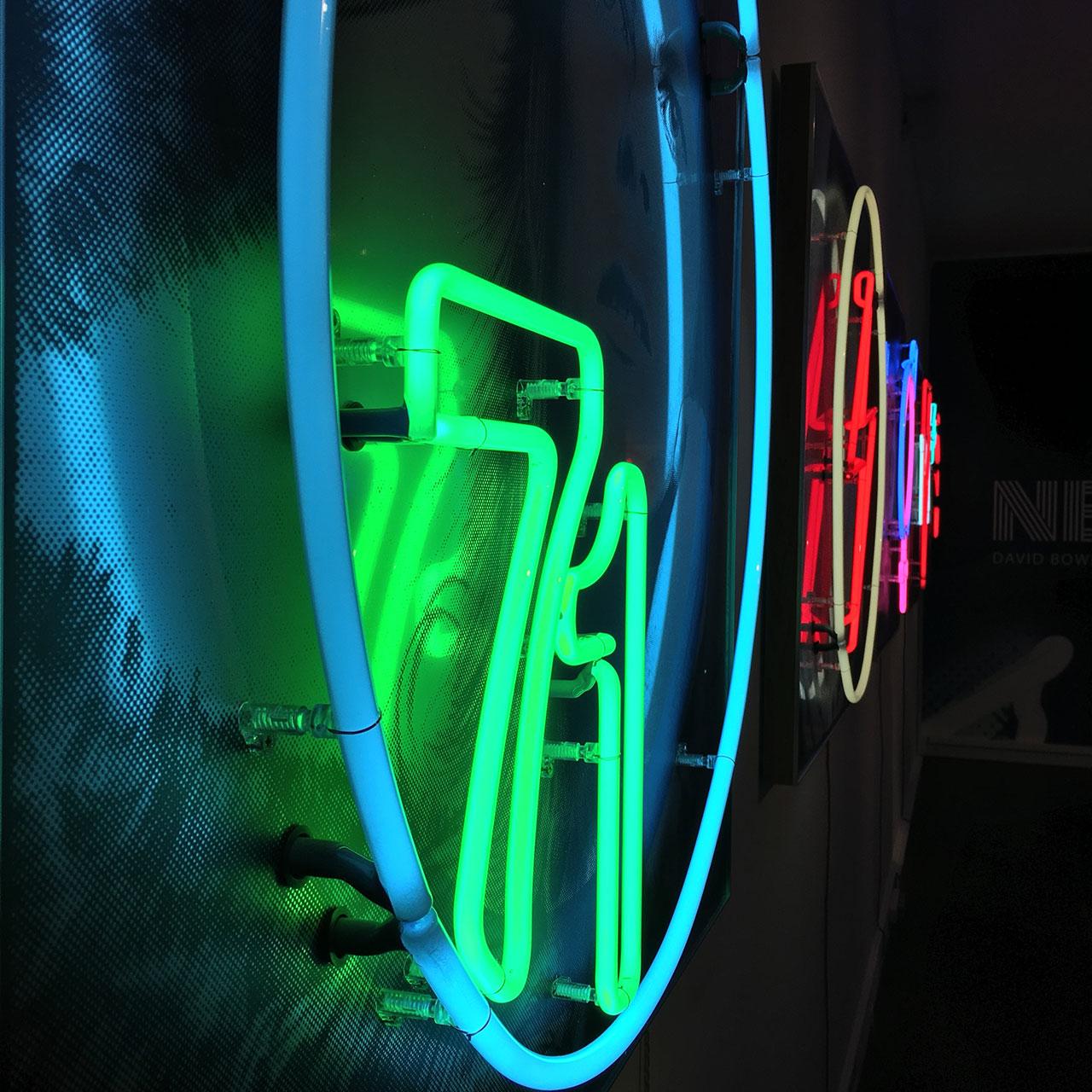 homenaje-david-bowie-neon-09