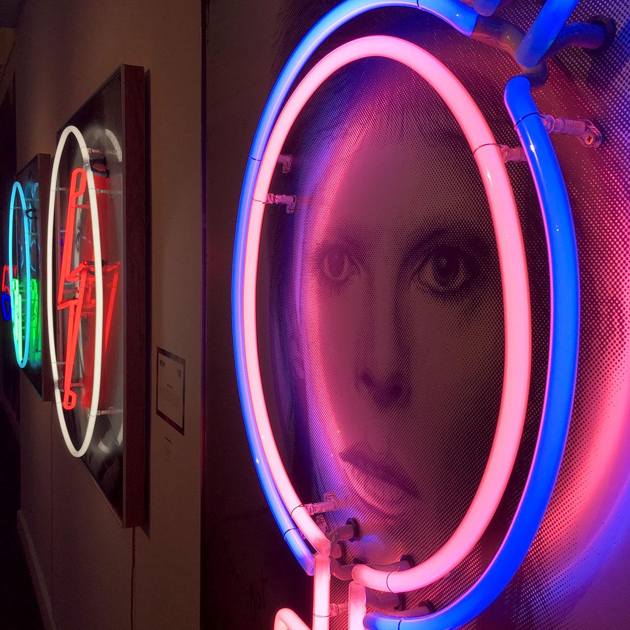 homenaje-david-bowie-neon-11