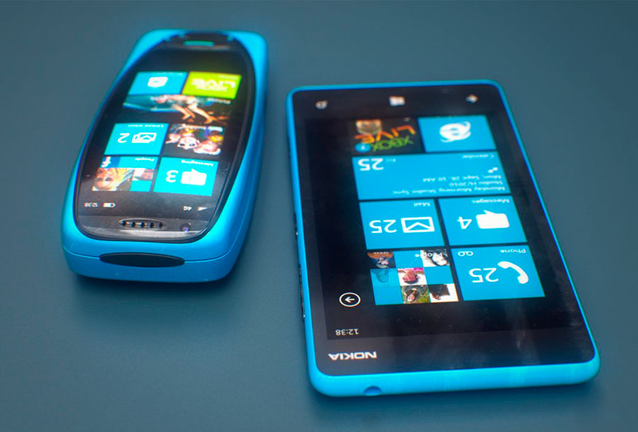 Posible prototipo del 3310 junto a Nokia Lumia