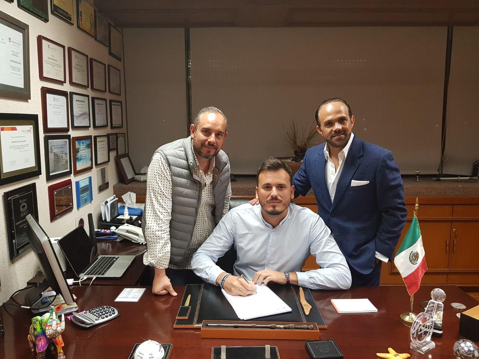 El representante de Medusa Sunbeach, Andreu Piqueras (centro), la semana pasada durante la firma del acuerdo en Puebla junto a Helios Dj y Jerry Dávila, deejays y promotores mexicanos.